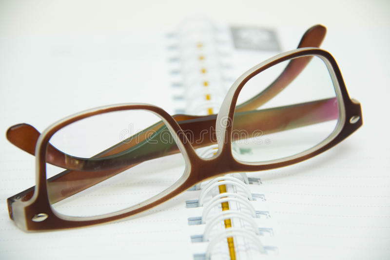 Пишущ ручку готовую для принимать примечания на тетради раскройте бумагу стоковые фотографии rf