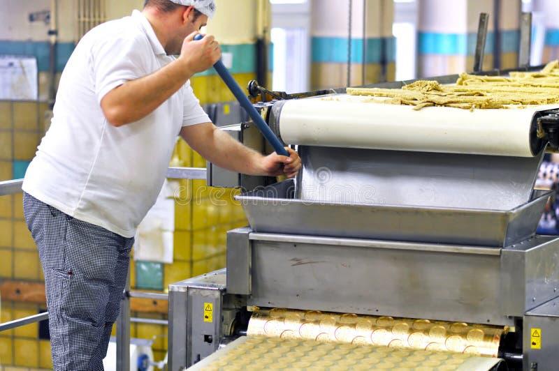 Пищевая промышленность - продукция печенья в фабрике на транспортере стоковое фото rf