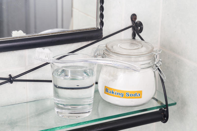 Пищевая сода используемая для того чтобы просиять зубы и извлечь чуму от камедей стоковое изображение