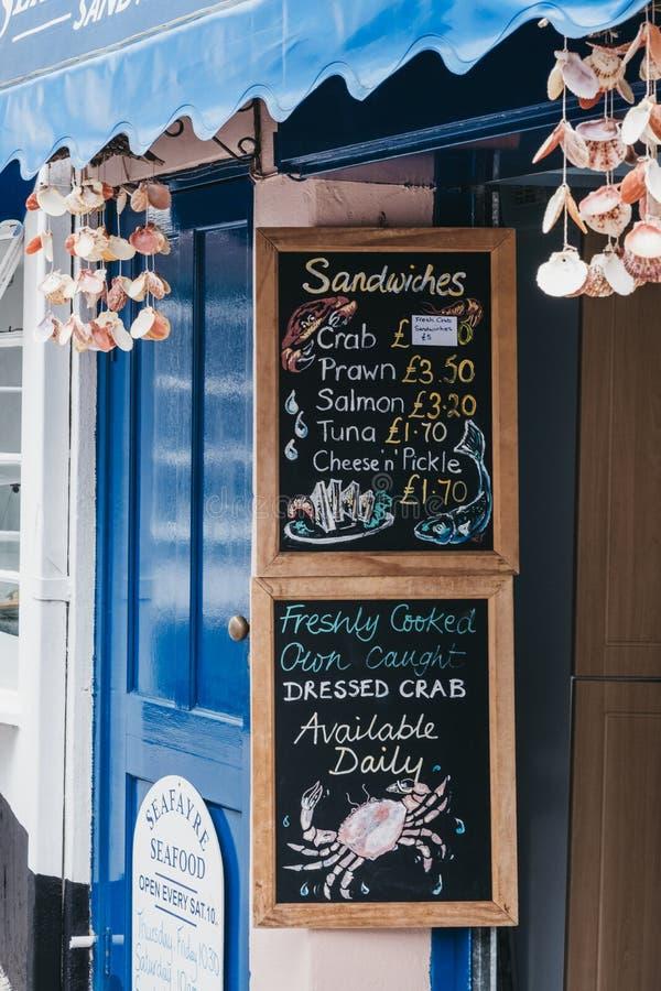 Пищевое меню у ресторана Seafayre Seafood на улице в Люмингтоне, New Forest, Великобритания стоковая фотография