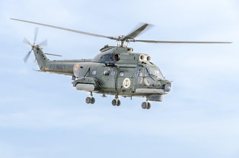 Пилотажное elicopter пилотирует тренировку в небе города Elicopter пумы, сверло военно-морского флота Aeroshow стоковое фото