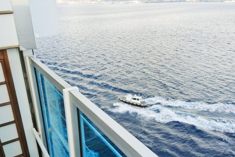 Пилотная шлюпка причаливая к туристическому судну стоковое изображение rf