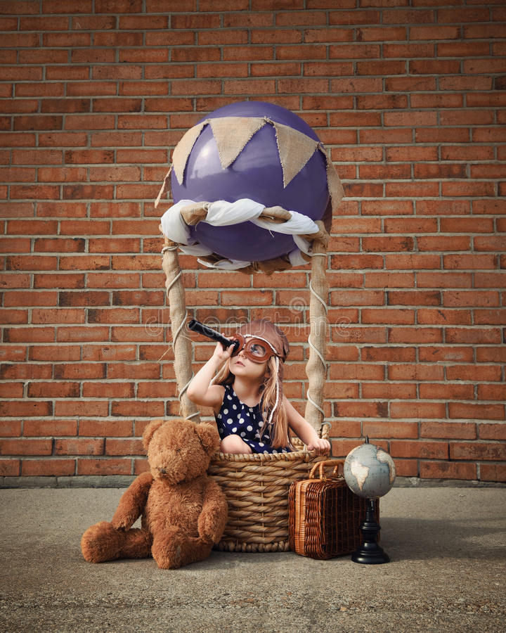 Пилотный ребенок сидя в горячем воздушном шаре снаружи стоковое фото rf