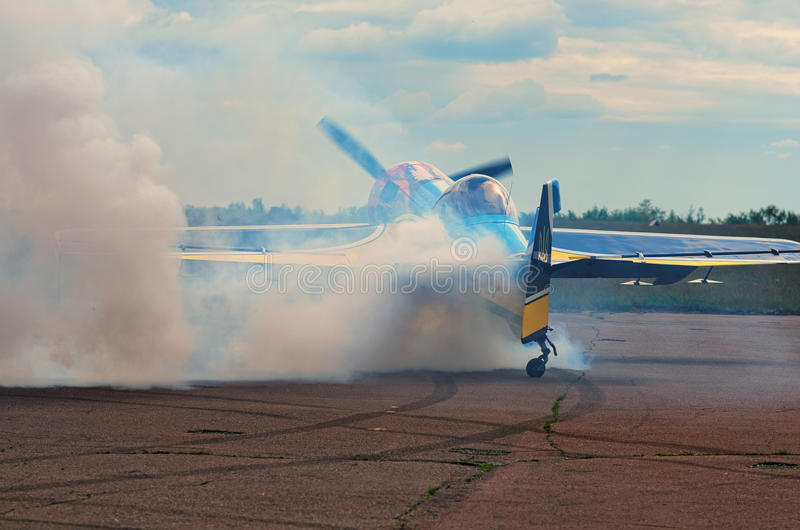 Пилот показывает искусство контролировать воздушные судн на взлётно-посадочная дорожка стоковые фото