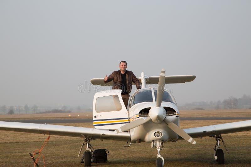 Пилот с воздушными судн после приземляться стоковые изображения