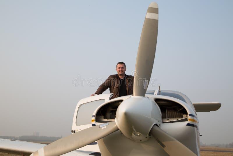 Пилот с воздушными судн после приземляться стоковое фото