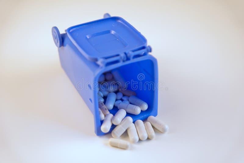 Пилюльки для здоровья в погани стоковое фото