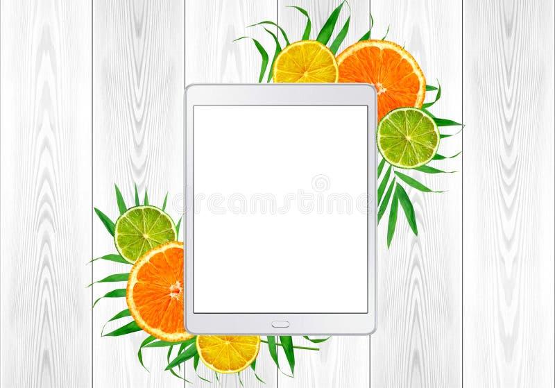 ПК таблетки в зеленых листьях и цитрусовых фруктах папоротника; апельсин, известка; стоковые фотографии rf