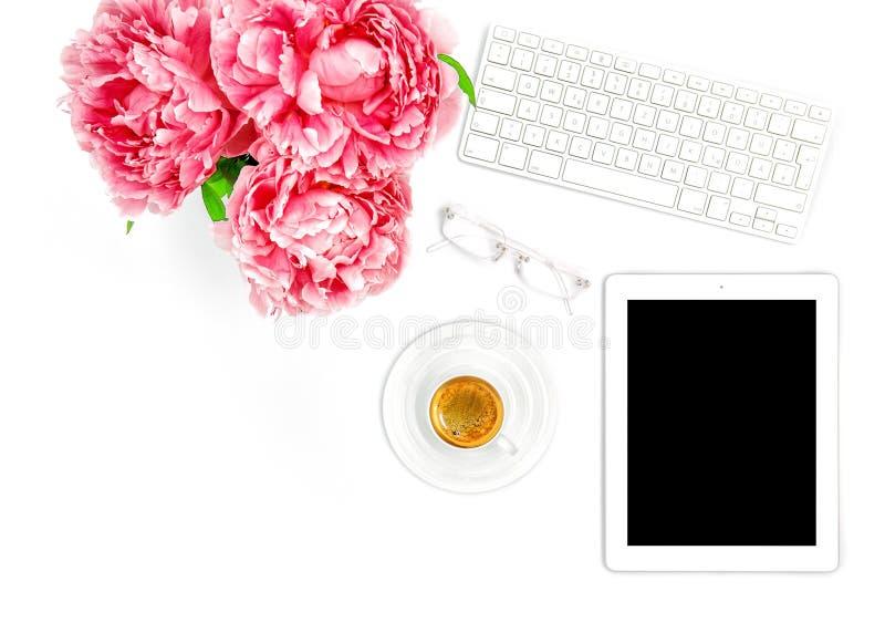 ПК таблетки, клавиатура, кофе Дама дела рабочего места домашнего офиса стоковая фотография rf