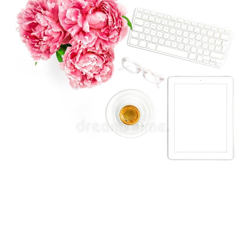 ПК таблетки, клавиатура, кофе Дама дела рабочего места домашнего офиса стоковые изображения rf