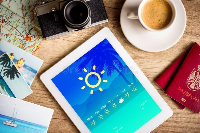 ПК таблетки показывая прогноз погоды на экране стоковые изображения