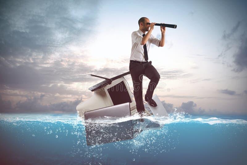 Плавание бизнесмена на ноутбуки и персональный компьютер в море стоковое изображение rf