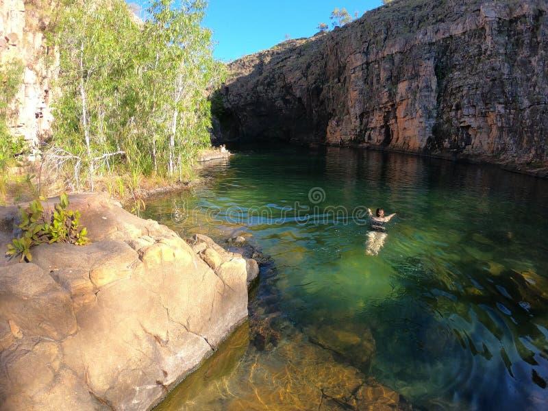 Плавание женщины на Maguk понижается waterhole на ущелье Barramundi в национальном парке Kakadu в северных территориях Австралии стоковая фотография rf