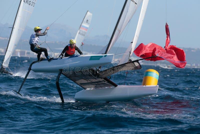 Плавание команды класса Nacra французское во время регаты стоковые изображения
