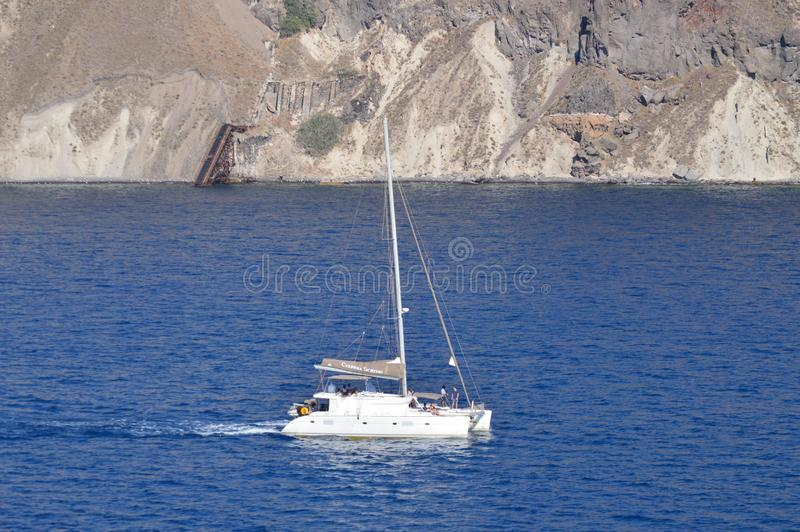 Плавание корабля через залив фото острова Santorini от открытого моря Ландшафты транспорта, круизы, перемещение стоковое фото