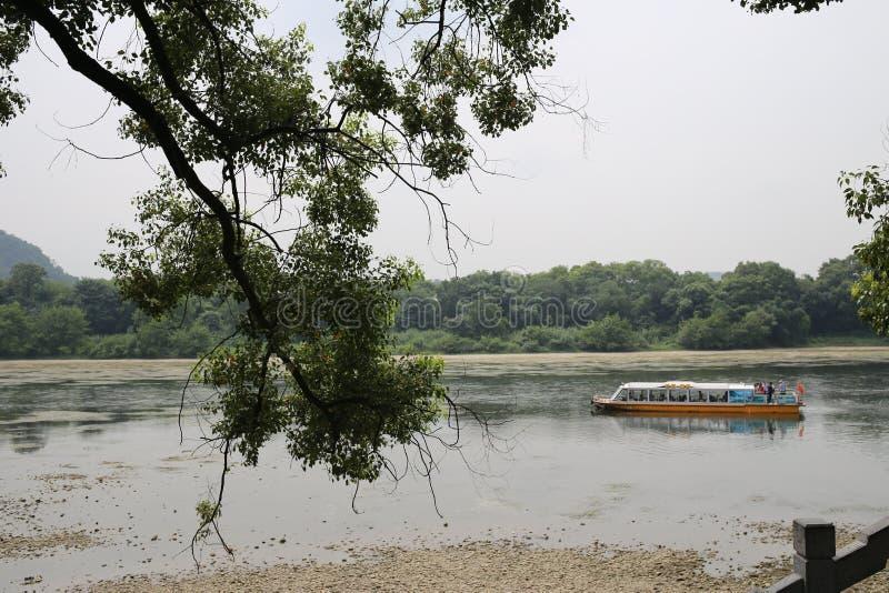 Плавание маленькой лодки в Guilin стоковая фотография