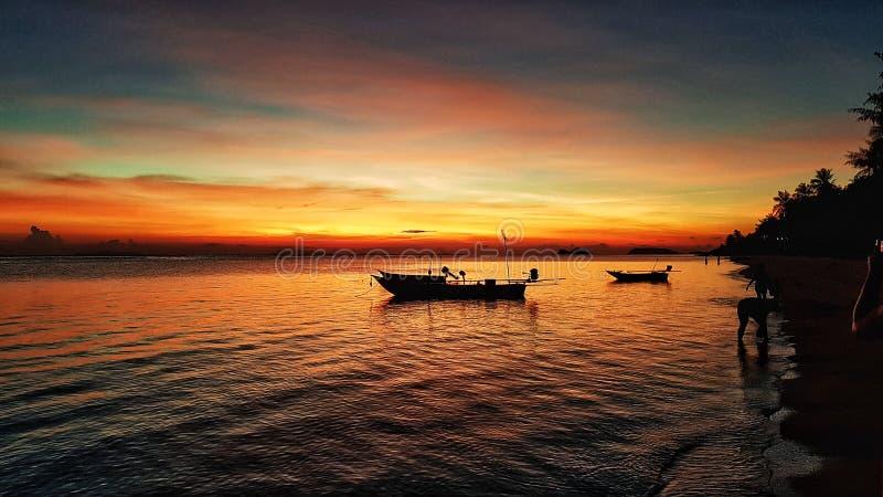 Плавание маленькой лодки на океане стоковое изображение