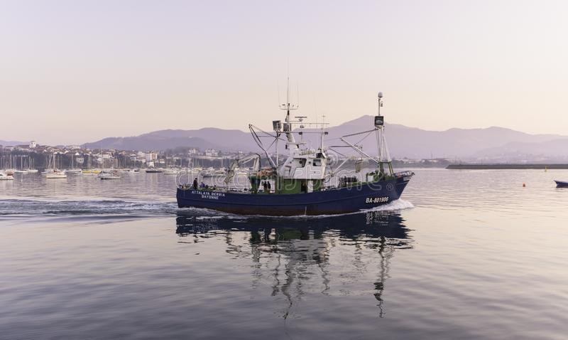 Плавание рыбацкой лодки на побережье стоковое изображение rf