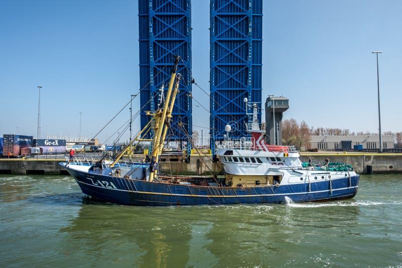 Плавание рыбацкой лодки через замок в Zeebrugge, Бельгии стоковое фото rf