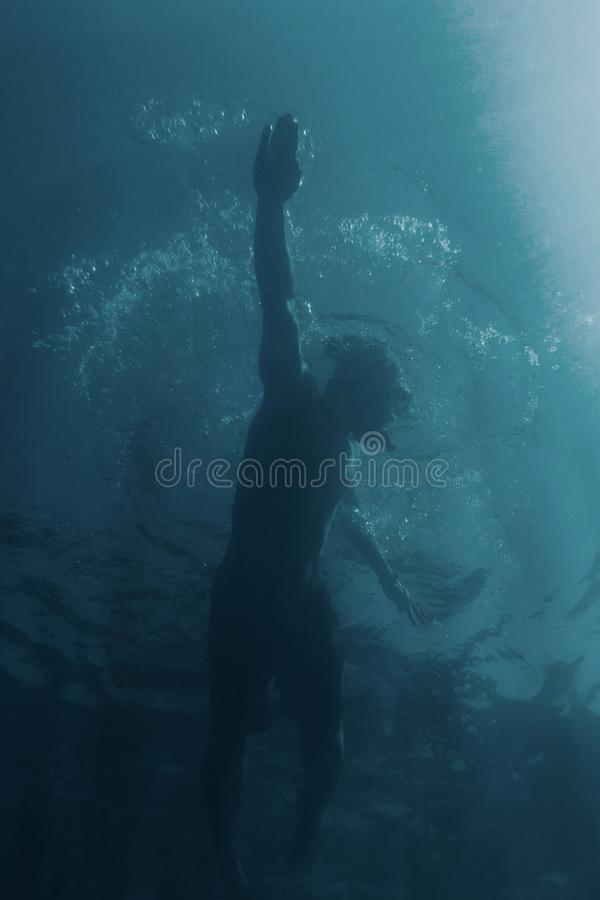 Плавание человека в стиле ползания стоковое фото