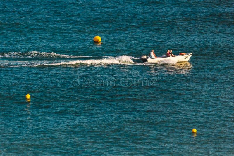 Плавание шлюпки в океане около побережья Лагоса, Португалии стоковое изображение rf