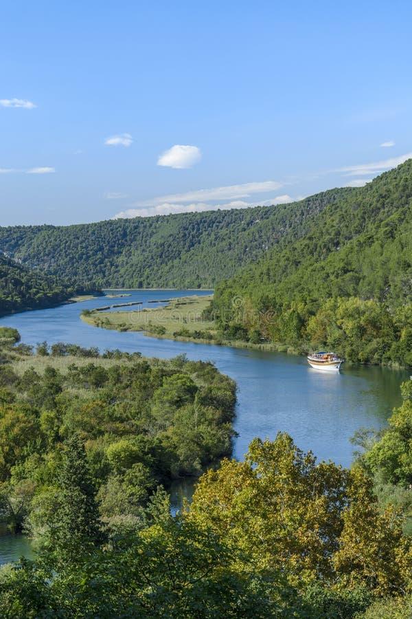 Плавание шлюпки в реке стоковые фотографии rf