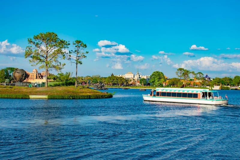 Плавание шлюпки такси на голубом озере и панорамном виде павильонов Мексики, Норвегии и Китая на Epcot в мире Уолт Дисней стоковая фотография