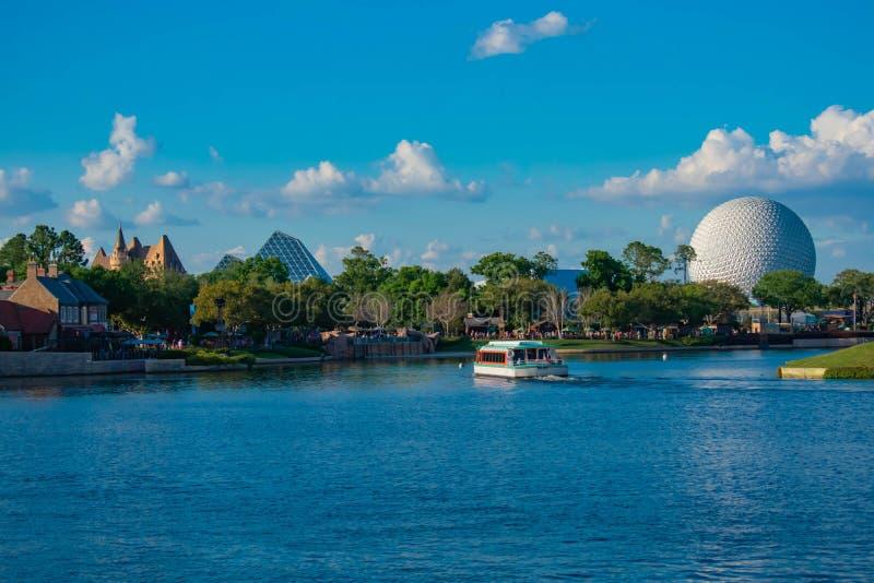 Плавание шлюпки такси, павильон Канады и панорамный вид привлекательности земли космического корабля сферы на Epcot в мире Уолт Д стоковое фото rf