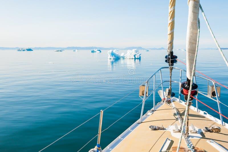 Плавание яхты среди айсбергов в Гренландии стоковое фото