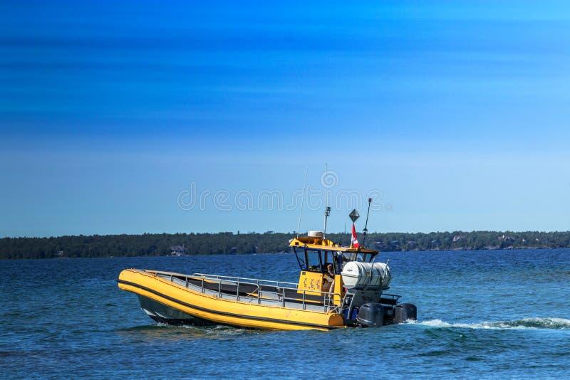 Плавание Powerboat через глубоководья Lake Huron, ДАЛЬШЕ стоковая фотография