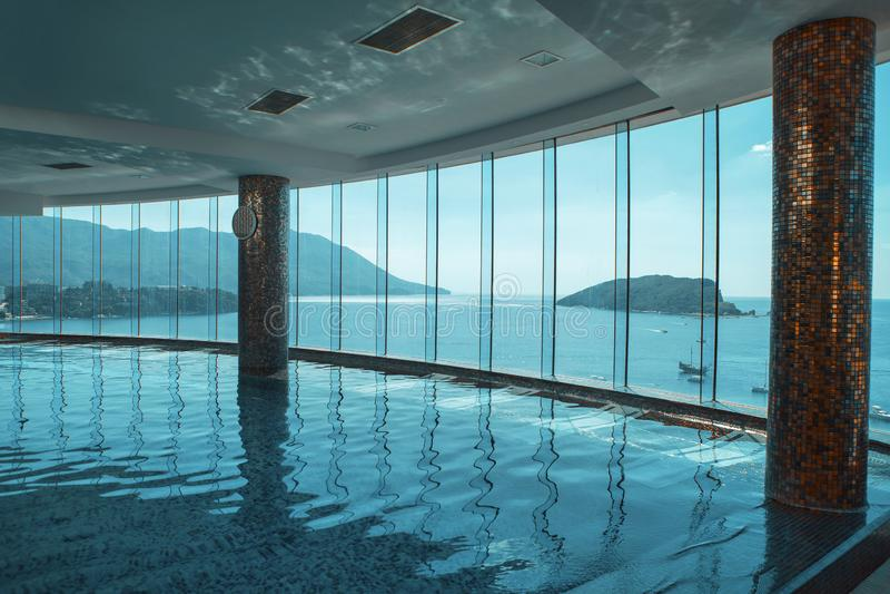 Плавательный бассеин гостиницы вида на море стоковые изображения rf