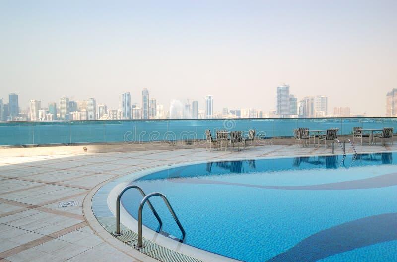 Плавательный бассеин с взглядом фонтана Sharjah стоковые фотографии rf