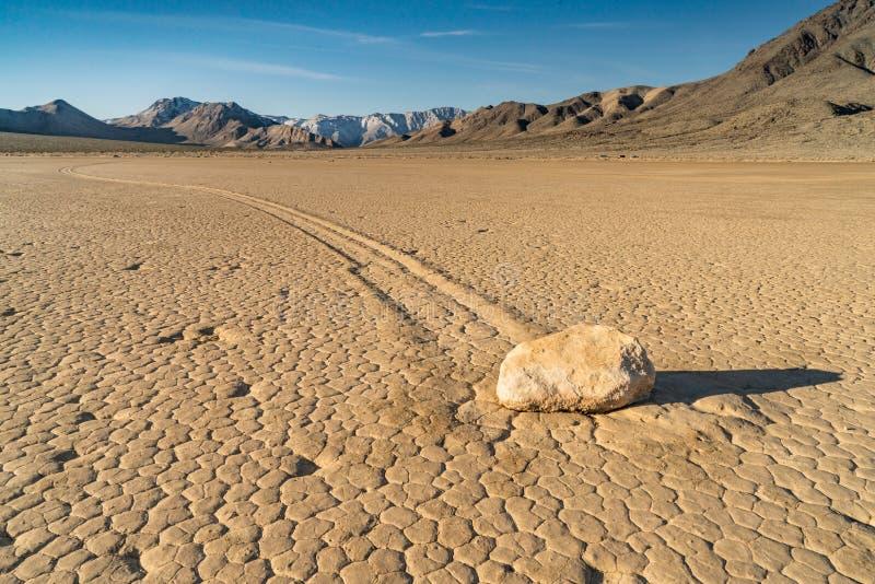 Плавать камень на беговой дорожке Playa в Death Valley стоковое изображение rf