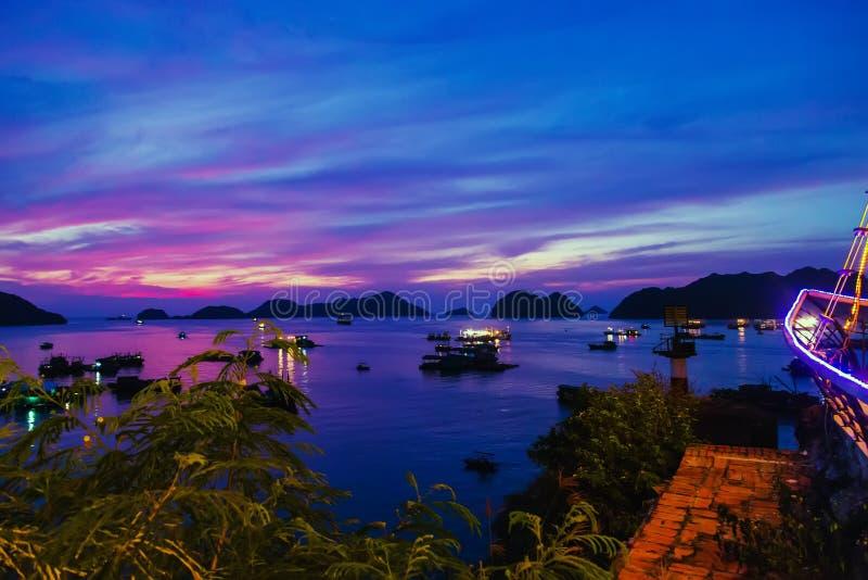 плавать лето восхода солнца захода солнца Залив Ha длинный, остров ба кота, Вьетнам стоковые фото