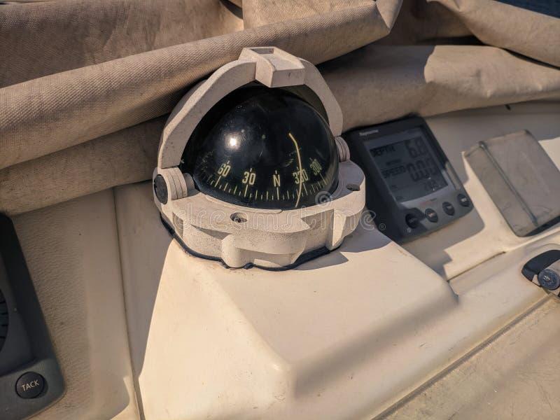 Плавать маховичок управления и инструмент яхты стоковые фотографии rf