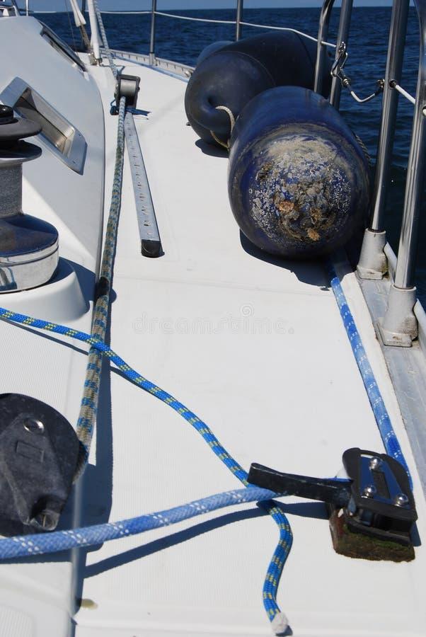 Плавать палуба кабины передняя частей шлюпочной палуба и перил детализированных парусником стоковые фото