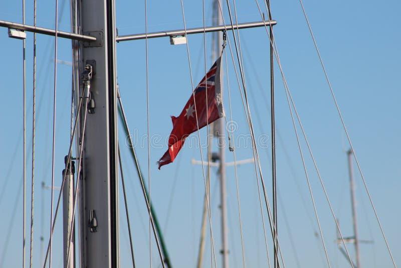 Плавать рангоут с флагом стоковая фотография