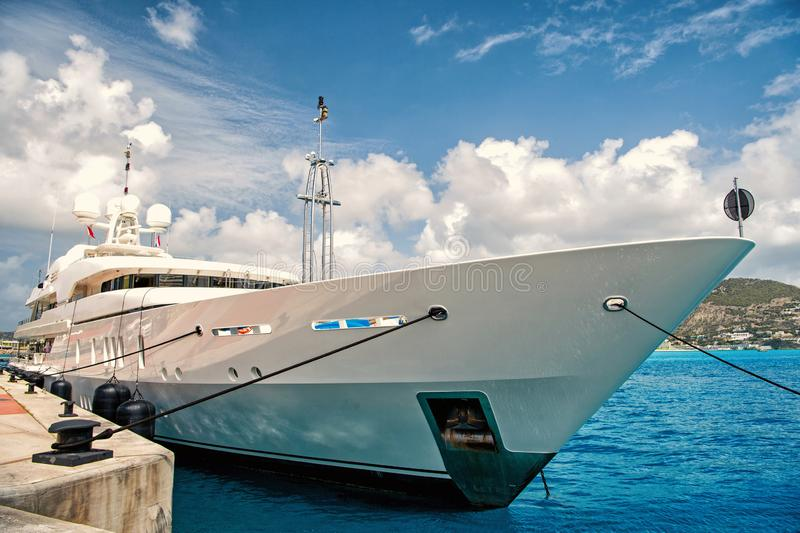 Плавать шлюпка на пристани в Philipsburg, St Maarten стоковое изображение rf