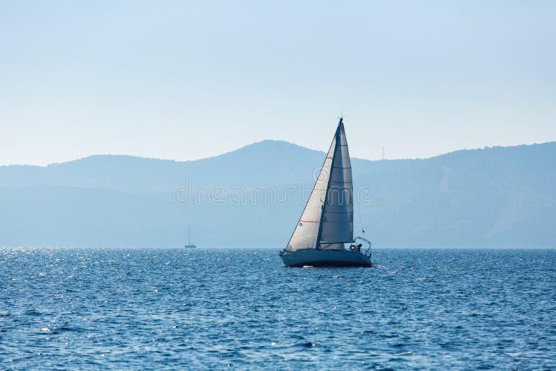 Плавать шлюпка яхты на море роскошь стоковая фотография