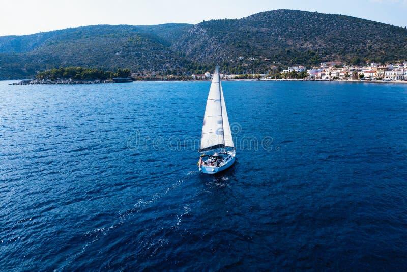 Плавать шлюпка яхты на море стоковое изображение rf