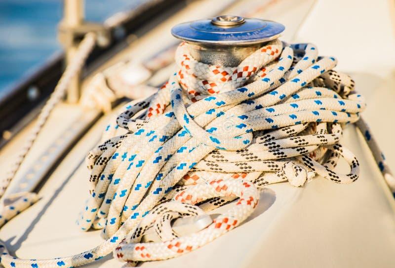 Плавающ палуба яхты с концом-вверх морских веревочек связанных на вороте стоковое фото rf
