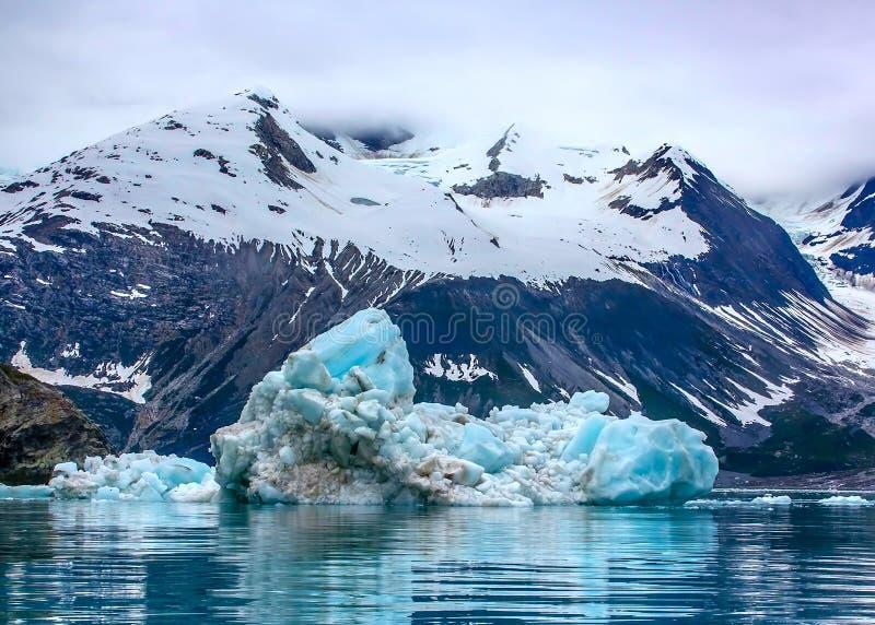 Плавая айсберг в национальном парке залива ледника, Аляске стоковое фото rf