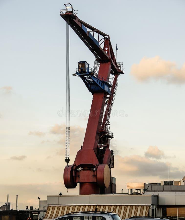 Плавая навальный кран портала или гавани ждет большую часть для того чтобы подняться стоковое изображение
