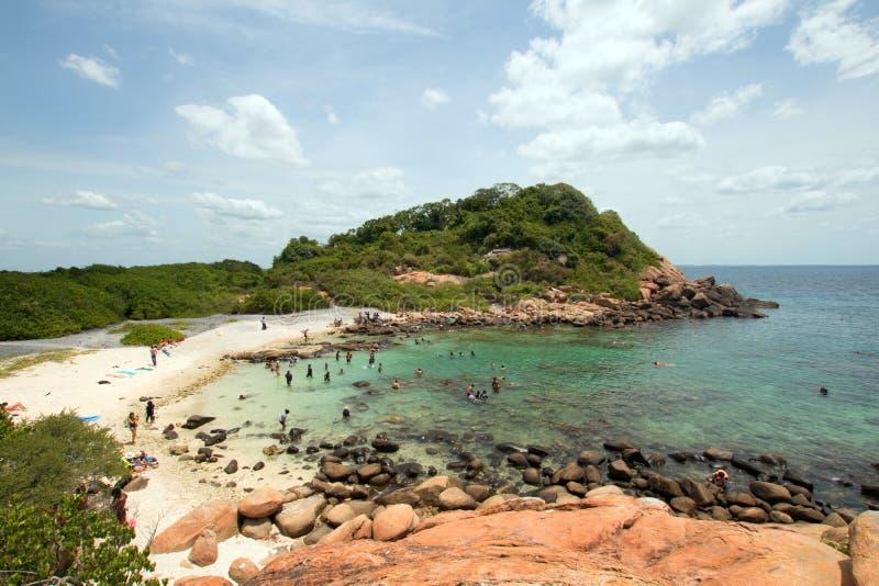 Плавая пляж и бухта на национальном парке острова голубя как раз с берега пляжа Nilaveli в Trincomalee Шри-Ланка стоковые фотографии rf
