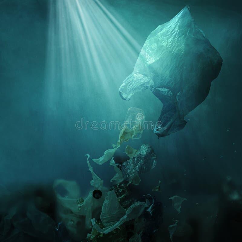 Плавая полиэтиленовый пакет рассеивая отход и загрязнять океан стоковое изображение