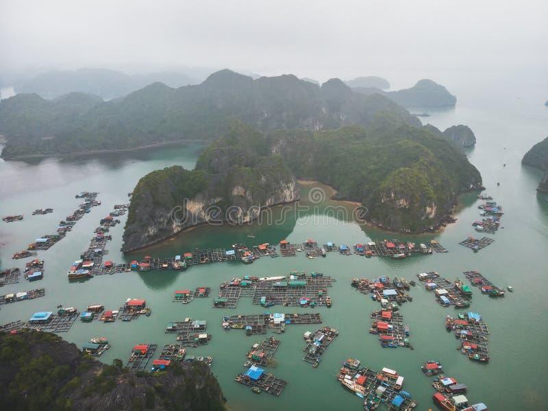 """плавая рыболов \ """"деревня s в заливе ha длинном, северном Вьетнаме взгляд сверху, вид с воздуха стоковая фотография rf"""