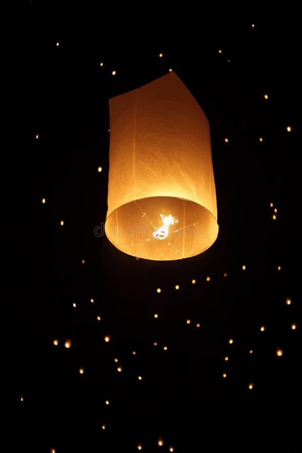 плавая фонарик одиночный стоковая фотография rf