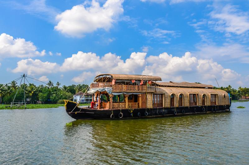 Плавучий дом в подпорах Кералы против голубого неба стоковая фотография rf