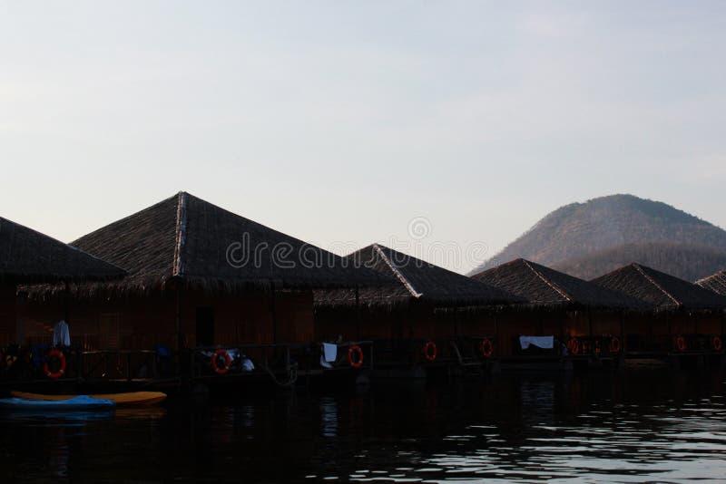 Плавучий дом с предпосылкой горного вида стоковые фото