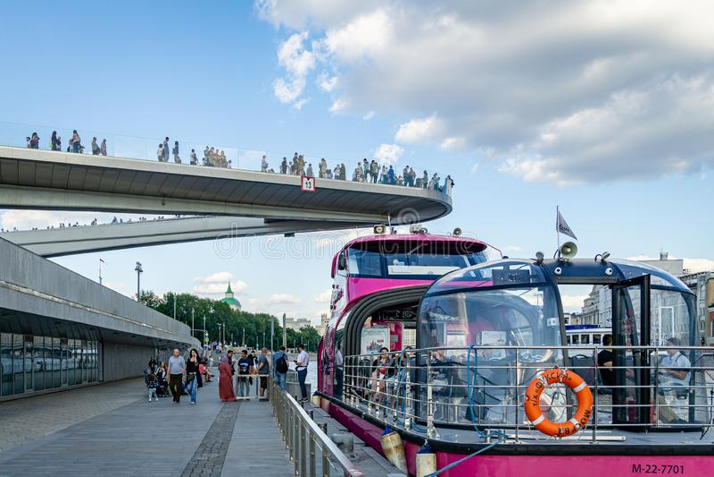 Плавучий мост в парке Zaryadye над рекой Moskva Zaryadye новая достопримечательность Москвы около Кремля стоковые фотографии rf